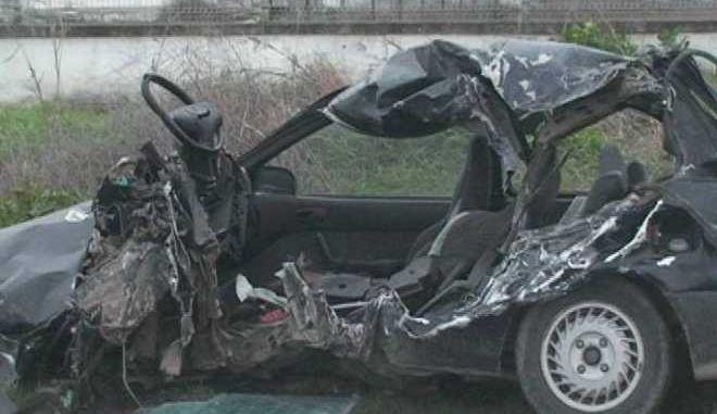 Τροχαίο δυστύχημα στη Λάρισα - Σφοδρή σύγκρουση ΙΧ με φορτηγό