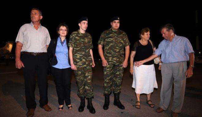 Οι δύο Έλληνες στρατιωτικοί κατά την επιστροφή τους στην Ελλάδα, μετά την απελευθέρωσή τους από τουρκικό δικαστήριο