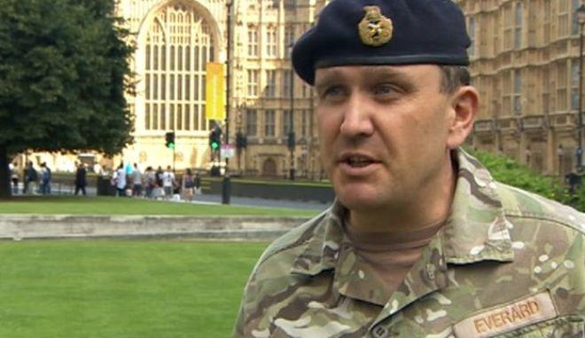 Βρετανός στρατηγός: Ναι στους ομοφυλόφιλους στο στρατό, τον κάνουν πιο αποτελεσματικό