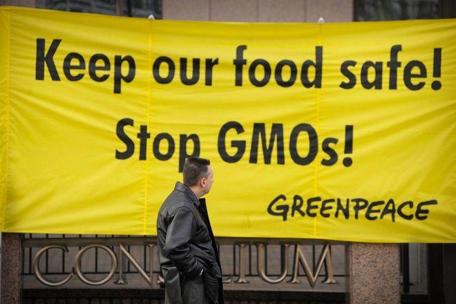 Πανό διαμαρτυρίας της Greenpeace για τα μεταλλαγμένα τρόφιμα