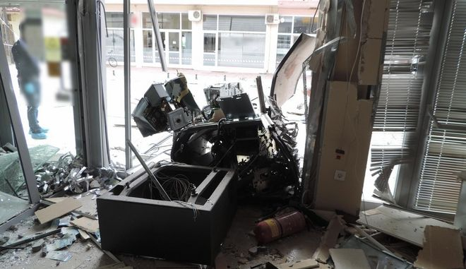 """Εξαρθρώθηκε από το Τμήμα Ασφάλειας Καρδίτσας, σε συνεργασία με την Υποδιεύθυνση Ασφάλειας Λάρισας, εγκληματική ομάδα τα μέλη της οποίας διέπρατταν κλοπές από Α.Τ.Μ. τραπεζών στη Θεσσαλία, με την πρόκληση έκρηξης, γνωστή και ως μέθοδος """"PLOFKRAAK"""". Τρία μέλη της σπείρας συνελήφθησαν την Δευτέρα 31-10-2016. Πρόκειται για αλλοδαπούς υπηκόους Ρουμανίας (δύο άνδρες και μία γυναίκα), ηλικίας 31 και 30 ετών. Ειδικότερα, τις πρώτες πρωινές ώρες την 31-10-2016, τρεις δράστες προκάλεσαν έκρηξη σε Αυτόματη Ταμειολογιστική Μηχανή (Α.Τ.Μ.) υποκαταστήματος Τράπεζας στο Λεοντάρι Καρδίτσας και απέσπασαν χρηματικό ποσό. Όπως προέκυψε από την αυτοψία του χώρου οι δράστες διοχέτευσαν μέσω της θυρίδας παραλαβής χρημάτων του μηχανήματος, μίγμα αερίων στο εσωτερικό του και στη συνέχεια προκάλεσαν σπινθήρα, με τη χρήση μπαταριών, με αποτέλεσμα να προκληθεί έκρηξη. Με τη μέθοδο αυτή, γνωστή ως μέθοδος """"PLOFKRAAK"""", οι δράστες διέρρηξαν το μηχάνημα και αφαίρεσαν τις κασετίνες, που περιείχαν συνολικά το χρηματικό ποσό των (14.195) ευρώ. Για τη διερεύνηση της υπόθεσης υπήρξε στενή συνεργασία του Τμήματος Ασφάλειας Καρδίτσας και της Υποδιεύθυνσης Ασφάλειας Λάρισας, δεδομένου ότι παρόμοιο περιστατικό με τη συγκεκριμένη μέθοδο είχε λάβει χώρα και τον περασμένο Ιούλιο στη Νίκαια Λάρισας. Σε κοινή αστυνομική επιχείρηση που οργανώθηκε, κλιμάκιο αστυνομικών κατάφερε να εντοπίσει και να ακινητοποιήσει (31-10-2016), το μεσημέρι, στον Προμαχώνα Σερρών, το Ι.Χ. αυτοκίνητο, που είχε χρησιμοποιηθεί στην περίπτωση της Νίκαιας. Στο συγκριμένο όχημα επέβαιναν οι τρεις αλλοδαποί υπήκοοι Ρουμανίας, στην κατοχή των οποίων βρέθηκε και κατασχέθηκε συνολικά το χρηματικό ποσό των (8.120) ευρώ, σε χαρτονομίσματα των (50) και (20) ευρώ, μεταξύ των οποίων και δύο χαρτονομίσματα των (20) ευρώ, τα οποία φέρουν φθορά, που προφανώς προκλήθηκε από έκρηξη αερίων Οι τρεις αλλοδαποί προσήχθησαν στην Υποδιεύθυνση Ασφάλειας Λάρισας, όπου και συνελήφθησαν καθώς από την αστυνομική έρευνα προέκυψε η εμπλοκή τους και στις δύο κλοπές"""