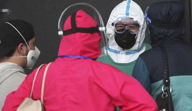 Πολίτες με μάσκες στον Ισημερινό