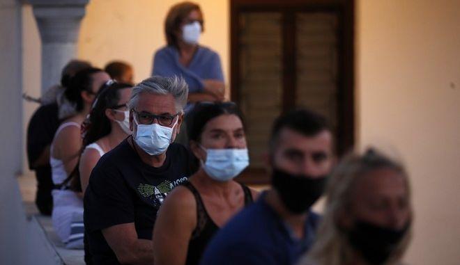 Πολίτες με μάσκες σε νησί του Αιγαίου.