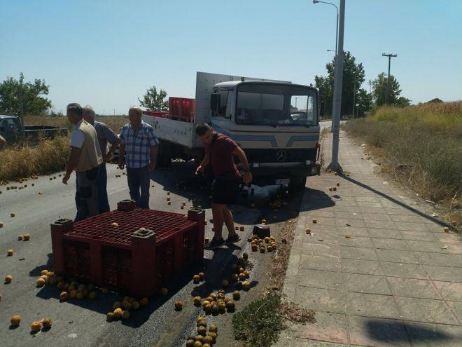Καραμπόλα τριών αυτοκινήτων στον Τύρναβο με τραυματίες - Οι δύο σοβαρά