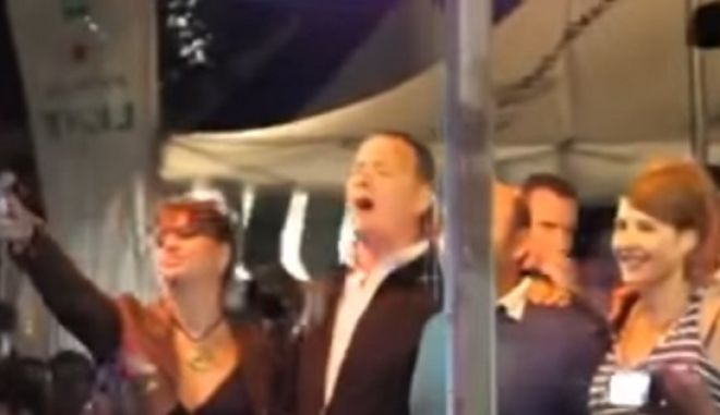 OPA! O Tom Hanks χορεύει το 'Μάτια βουρκωμένα'