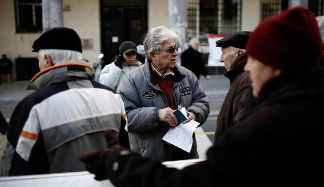 Pensioners protest against the pension cuts proposed in the upcoming reforms on the insurance system that are promoted by the government, in Aristotelous Square, Thessaloniki, Greece on January 19, 2016. /           ,  , , 19  2016.