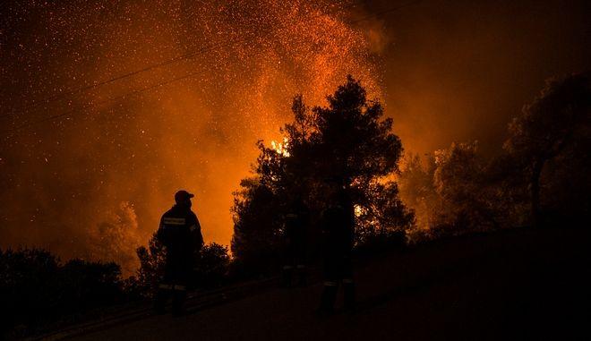 Δυνάμεις της πυροσβεστικής σε επιχείρηση κατάσβεσης φωτιάς - Φωτό αρχείου