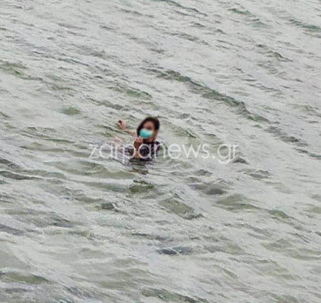 Κορονοϊός: Χανιά -Έκανε βουτιά στη θάλασσα φορώντας μάσκα