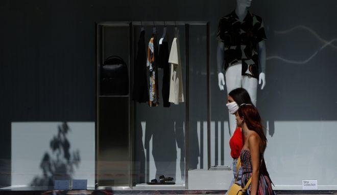 Κορονοϊός στην Κύπρο - Άνθρωποι με μάσκα περπατούν στο δρόμο