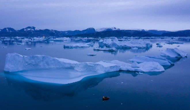 Κλιματική αλλαγή: Ένα σκάφος ανάμεσα σε παγόβουνα