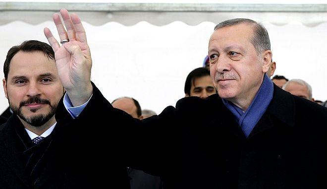 O Ρετζέπ Ταγίπ Ερντογάν με το γαμπρό του (και πρώην υπουργό Οικονομικών) Μπεράτ Αλμπαϊράκ