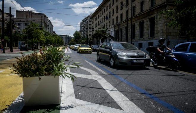 Τοποθετήθηκαν σήμερα ζαρντινιέρες με λουλούδια,κατά μήκος της διαδρομής του Μεγάλου Περιπάτου της Αθήνας στην οδό Πανεπιστημίου, Παρασκευή 26 Ιουνίου 2020