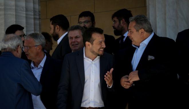 Ο Νίκος Παππάς με τον Πάνο Καμμένο κατά την οικογενειακή φωτογράφιση του υπουργικού συμβουλίου στις 31 Αυγούστου 2018
