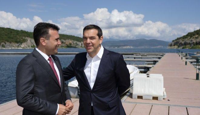 Ο Αλέξης Τσίπρας και ο Ζόραν Ζάεφ κατά την υπογραφή της συμφωνίας για την ονομασία της πΓΔΜ στις Πρέσπες