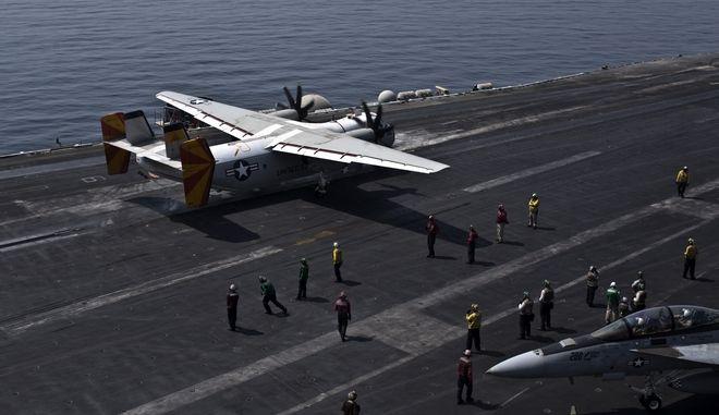 Ο Μπρετ Κρόζιερ, κυβερνήτης του αεροπλανοφόρου 'Theodore Roosevelt' αντιμετωπίζει το ενδεχόμενο επιβολής πειθαρχικών μέτρων καθώς... τόλμησε να απαιτήσει καλύτερα μέτρα προστασίας των ναυτών του από τον κορονοϊό. (AP Photo/Marko Drobnjakovic)