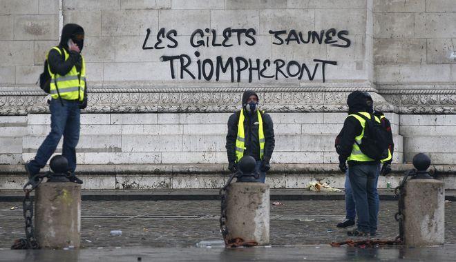 Διαδηλωτές στο Παρίσι κατά τη διάρκεια των επεισοδίων.
