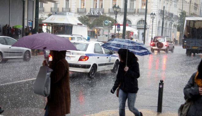 Στιγμιότυπο από την χαλαζόπτωση στην Αθήνα, Δευτέρα 5 Μαρτίου 2012. (EUROKINISSI // ΓΙΩΡΓΟΣ ΚΟΝΤΑΡΙΝΗΣ)