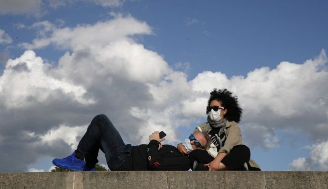 Δύο άνθρωποι με μάσκα στο Παρίσι