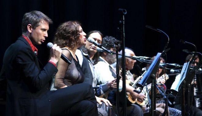 O Alex Kapranos τραγουδάει Βαμβακάρη