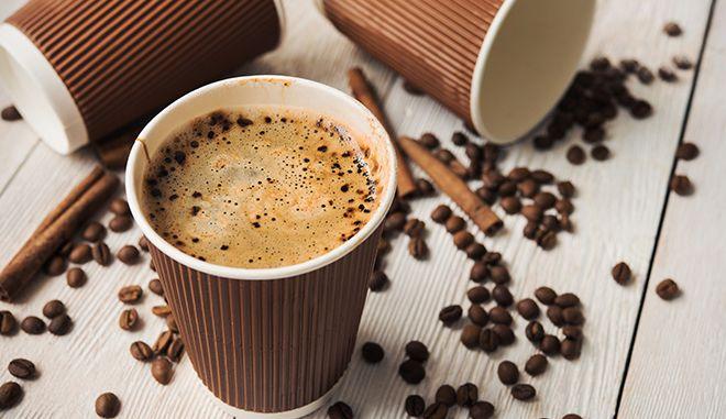 Μετά την πλαστική σακούλα τι; Κι αν έμπαινε τέλος στα χάρτινα κύπελλα του καφέ;
