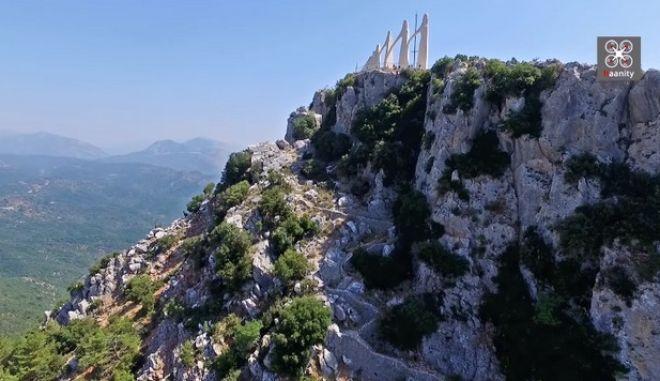 214 χρόνια μετά τον Χορό του Ζαλόγγου: Πτήση πάνω από τον ιστορικό βράχο