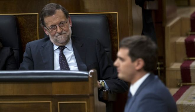 Spain's acting Prime Minister Mariano Rajoy, top, looks at Ciudadanos party leader Albert Rivera during the second investiture debate at the Spanish parliament in Madrid, Friday, March 4, 2016. Spain's Socialist Party failed Friday for the second time to form a government following inconclusive elections in December that fragmented the country's political system, and the outcome means the country's political paralysis could be extended for months. (AP Photos/Francisco Seco)