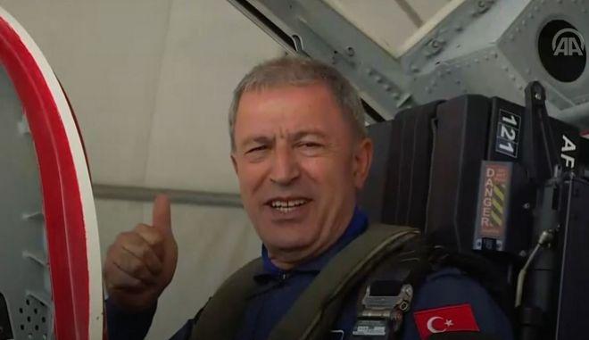 Ο Τούρκος υπουργός Άμυνας στο εκπαιδευτικό αεροσκάφος.
