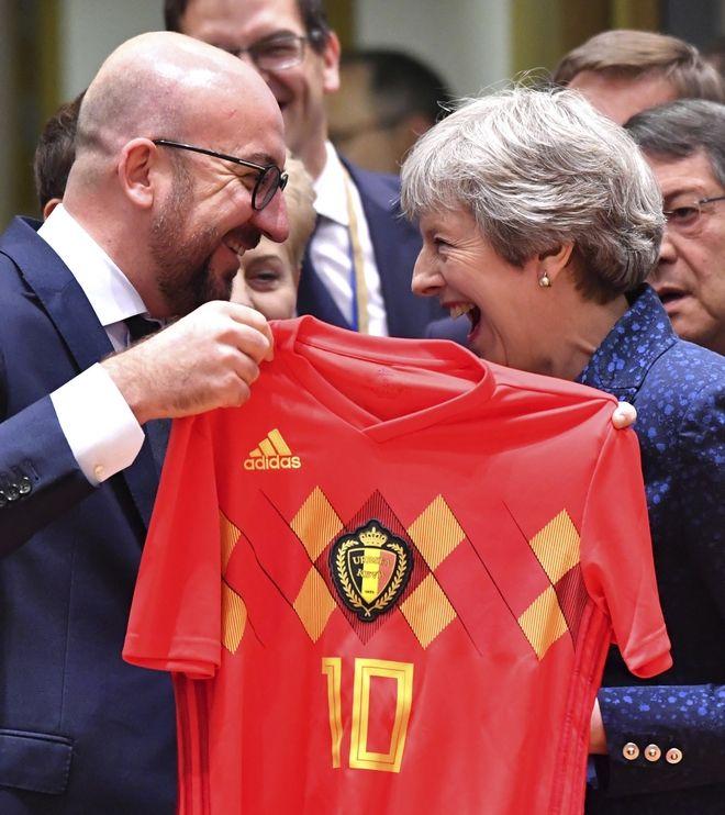 Φανέλα του Βελγίου χάρισε ο Σαρλ Μισέλ στην Τερέζα Μέι
