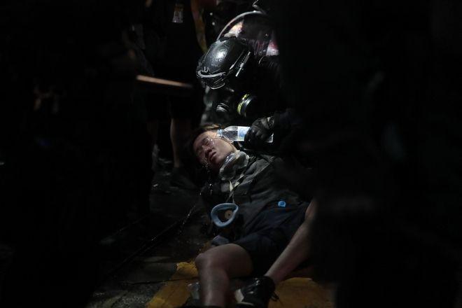 Αστυνομικός ρίχνει νερό στο πρόσωπο ενός διαδηλωτή