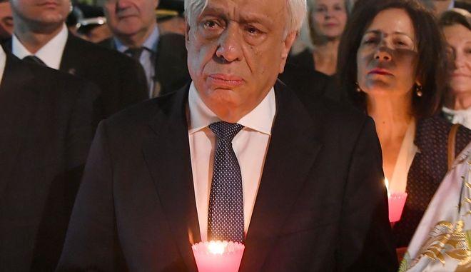 Ο Προκόπης Παυλόπουλος κατά την περιφορά του επιταφίου