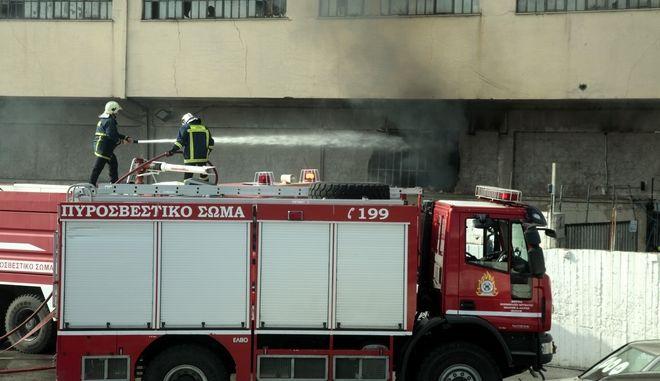 Πυροσβέστες επιχειρούν για την κατάσβεση φωτιάς σε εργοστάσιο