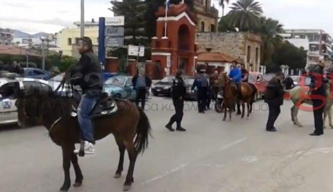 Πάτρα: Μπλόκαραν τους δρόμους με άλογα οι αγρότες