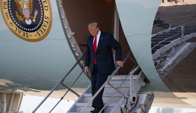 O Ντόναλντ Τραμπ αποβιβάζεται από το προεδρικό αεροσκάφος