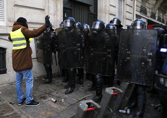 Αστυνομικοί και διαδηλωτής των