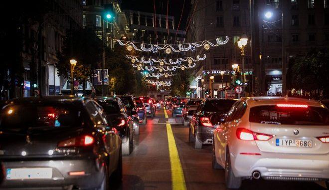 Αυξημένη η κίνηση και απόψε στους κεντρικούς δρόμους της Αθήνας, Τετάρτη 23 Δεκεμβρίου 2020 (EUROKINISSI/ ΓΙΑΝΝΗΣ ΠΑΝΑΓΟΠΟΥΛΟΣ)