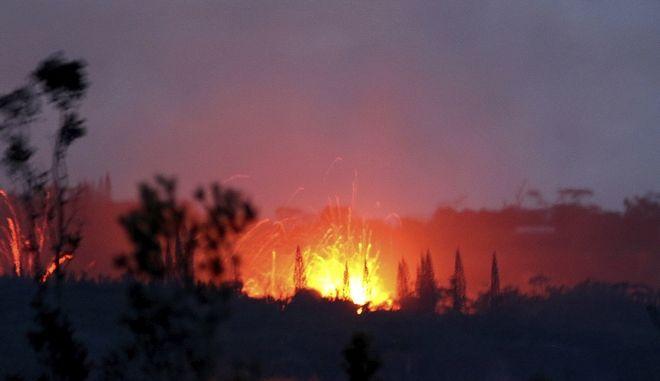 Η λάβα από το ηφαίστειο έδινε κατακόκκινο χρώμα στον ουρανό από το βράδυ της Τετάρτης, στο ηφαίστειο Κιλαλουέα της Χαβάης