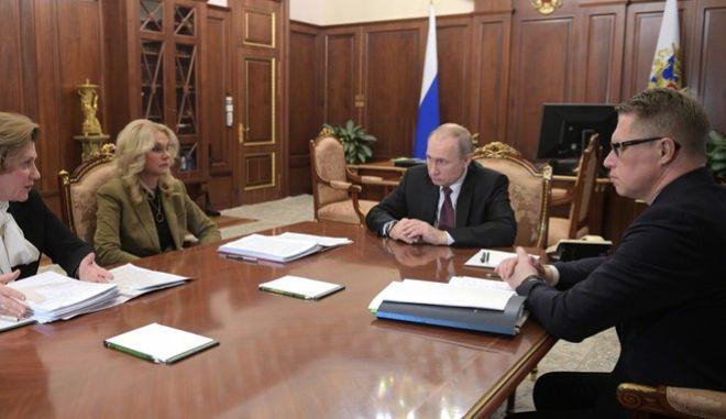 Ρώσος πρόεδρος Βλαντίμιρ Πούτιν σε σύσκεψη για τον κοροναϊό