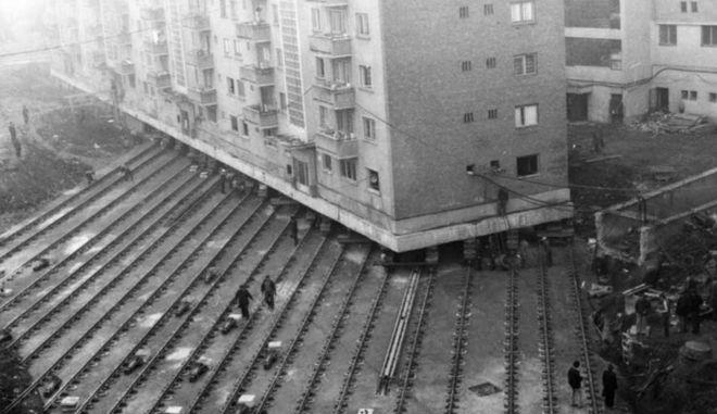 Η απίστευτη μεταφορά κτιρίου 7.600 τόνων στην Ρουμανία πάνω σε ράγες