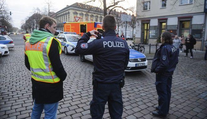 La policía en el mercado navideño de Potsdam, Alemania tras acordonar la zona cuando se halló allí un objeto sospechoso que parecía ser una bomba, el 1 de diciembre del 2017. ( Julian Staehle/dpa via AP)