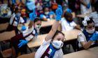 Κορονοϊός: Πώς η μετάδοση από παιδιά και εφήβους οδηγεί ενήλικες στο νοσοκομείο