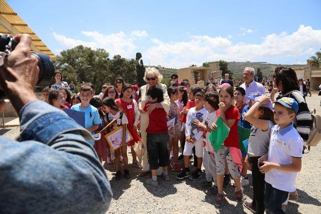 Η δούκισσα της Κορνουάλης με μαθητές στην Κνωσσό