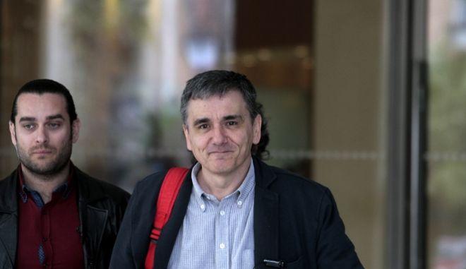 """Ο υπουργός Οικονομικών Ευκλείδης Τσακαλώτος αποχωρεί απο το ξενοδοχείο """"Χίλτον"""" μετά την  συνάντηση με τους εκπροσώπους των θεσμών το Σάββατο 12 Μαρτίου 2016.  (EUROKINISSI/ΣΤΕΛΙΟΣ ΣΤΕΦΑΝΟΥ)"""