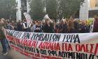 Οι εργαζόμενοι διαδηλώνουν έξω από το Υπουργείο Εργασίας