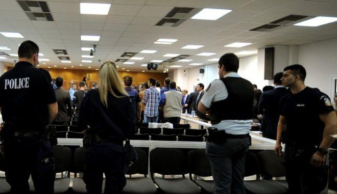 """Ένταση στην δίκη της """"Χρυσής Αυγής"""" με συνθήματα και χτυπήματα στην πόρτα από κατηγορούμενους των """"Πυρήνων της Φωτιάς"""" την ώρα που τους μετέφεραν στην αίθουσα όπου πραγματοποιείται η δίκη τους την Παρασκευή 15 Μαΐου 2015, στην δικαστική αιθουσα των φυλακών Κορυδαλλού. (EUROKINISSI/ΤΑΤΙΑΝΑ ΜΠΟΛΑΡΗ)"""