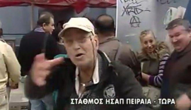 Μαινόμενος ηλικιωμένος που περιμένει στην ουρά του μετρό επιτίθεται σε ρεπόρτερ