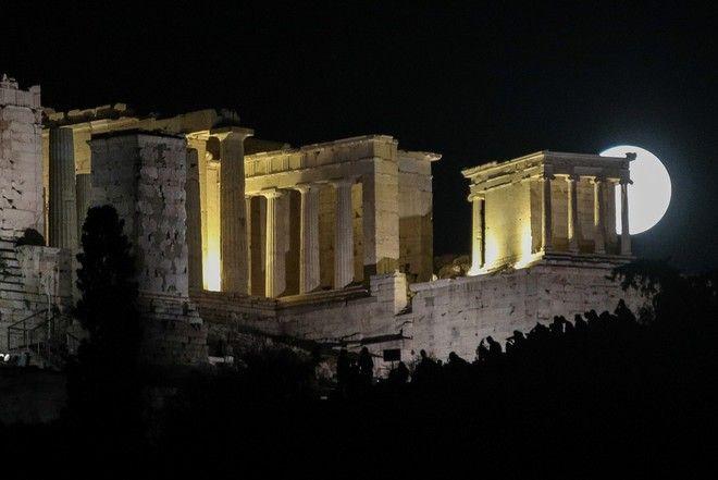 Ανατολή της Πανσελήνου πάνω από την Ακρόπολη