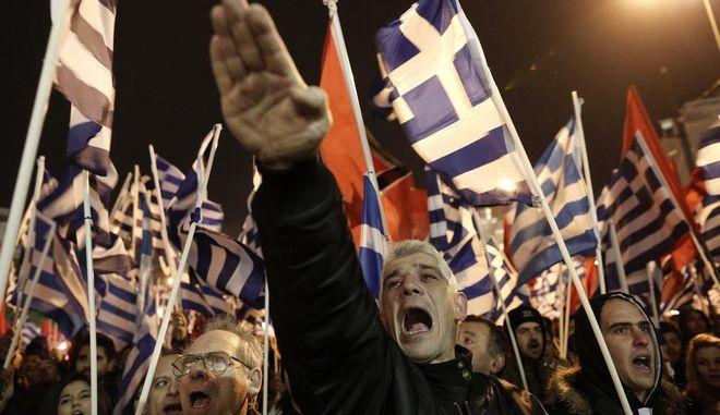 Οπαδός της Χρυσής Αυγής χαιρετά ναζιστικά σε συγκέντρωση (ευτυχώς φωτογραφία αρχείου)