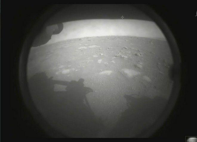 Η πρώτη εικόνα που έστειλε το ρομποτικό ρόβερ