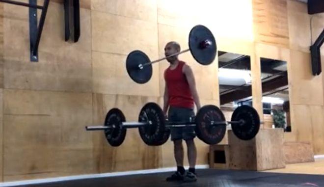 Αδιανόητο βίντεο: Κάνει βάρη με μπάρα 6 κιλών στο στόμα του
