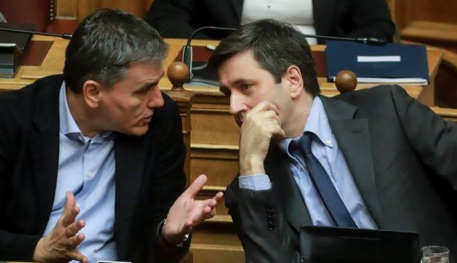 Ευκλείδης Τσακαλώτος και Γιώργος Χουλιαράκης στη Βουλή